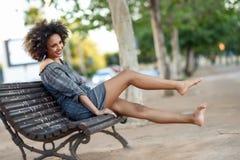 Młoda murzynka ono uśmiecha się w miastowym backgroun z afro fryzurą fotografia royalty free