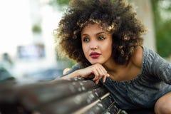 Młoda murzynka ono uśmiecha się w miastowym backgroun z afro fryzurą Obraz Stock
