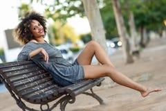 Młoda murzynka ono uśmiecha się w miastowym backgroun z afro fryzurą Obrazy Stock