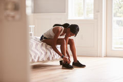 Młoda murzynka przygotowywająca dla ćwiczyć wiążący ona sporta but obraz royalty free