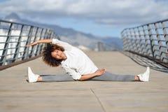 Młoda murzynka robi rozciąganiu po biegać outdoors Obrazy Stock