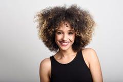 Młoda murzynka z afro fryzury ono uśmiecha się Obraz Stock
