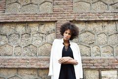 Młoda murzynka z afro fryzury pozycją w miastowym backgrou Obraz Royalty Free
