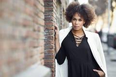 Młoda murzynka z afro fryzury pozycją w miastowym backgrou Obrazy Stock