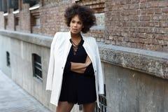 Młoda murzynka z afro fryzury pozycją w miastowym backgrou Fotografia Royalty Free