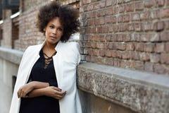 Młoda murzynka z afro fryzury pozycją w miastowym tle Fotografia Royalty Free