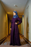Młoda Muzułmańska kobieta w modnej Islamskiej odzieży, stoi w korytarzu hotel Zdjęcie Stock