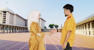 Młoda Muzułmańska para wybacza each inny zbiory