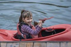 Młoda nastolatek dziewczyna aktywnie kieruje sporta kajaka łódź na być zdjęcie stock