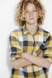 Młoda nastoletni chłopak pozycja w studiu obrazy royalty free