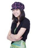 Młoda nastoletnia dziewczyna ono uśmiecha się, ręki krzyżował, będący ubranym kapelusz Zdjęcia Stock