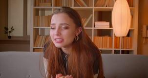 Młoda nastoletnia dziewczyna w 3d szkieł zegarkach dopasowywa na TV jest martwiąca się w domu i wspierająca zdjęcie wideo