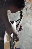 Młoda nastoletnia dziewczyna z gitarą Obraz Stock