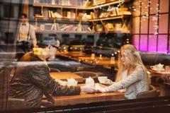 Młoda nastoletnia dziewczyny para na daktylowych mienie rękach, obrazy royalty free