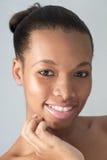Młoda Natrual amerykanina afrykańskiego pochodzenia przyglądająca kobieta Zdjęcie Stock