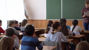 Młoda nauczyciel kobieta przed klasą przy blackboard zdjęcie wideo
