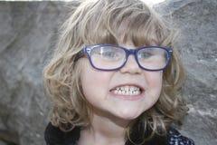 Młoda nerdy dziewczyna z szkłami starzał się 3-5, blondynka włosy, niebieskie oczy Preschooler portrety obrazy royalty free