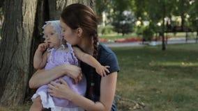 Młoda niania dotyka dziewczynki s nos Dziewczynka naciera jej nos zbiory wideo