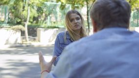 Młoda niemowa przeprasza na rękach dla incovenience przed rozkrzyczanym kierowcą zbiory wideo