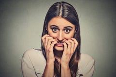 Młoda niespokojna niepewna wahająca nerwowa kobieta gryźć jej paznokcie Zdjęcie Royalty Free