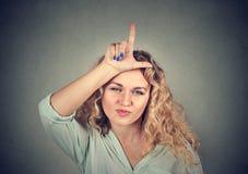 Młoda nieszczęśliwa kobieta daje nieudacznika znakowi na czole Zdjęcie Stock