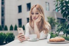 Młoda nudna smutna nieszczęśliwa kobieta męczył od pracy, z złym nastrojem si zdjęcie stock