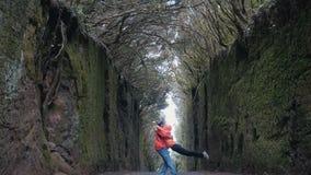 Młoda optymistycznie para na drodze między skałami zakrywać drzewami w Anaga natury parku w Tenerife Silnych wiatr?w ruchy zdjęcie wideo