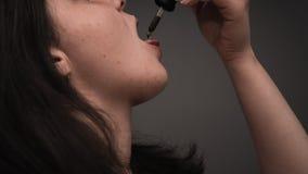 Młoda osoba używa konopianego olej Marihuana jest pojęciem ziołowa medycyna fotografia royalty free