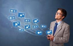 Młoda osoba używa telefon z ogólnospołecznym medialnym pojęciem ilustracji