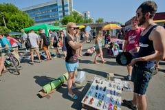 Młoda osoba wybiera okulary przeciwsłonecznych na sprzedaży obrazy stock