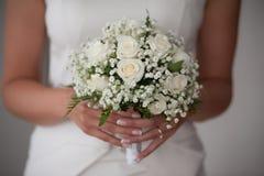Młoda panna młoda lub drużka trzymamy ślubnego bukiet Fotografia Stock