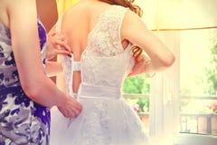 Młoda panna młoda ubiera dla poślubiać Obrazy Stock