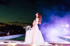 Młoda panna młoda w luksusowej ślubnej sukni równo zdjęcia royalty free