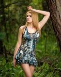 Młoda pantyhose dziewczyna pozuje w sukni w drewnach obraz royalty free