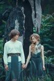 Młoda para elfa plenerowego agaist puszka barwiarski drzewo obraz stock