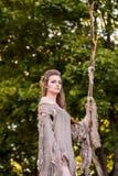 Młoda para elfy w miłości stoi w magiczny lasowy plenerowym na naturze Bajka miłość, związek i magik, zaludniamy conc zdjęcia stock