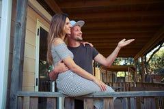 Młoda para jest szczęśliwa widzieć ich przyjaciół daleko daleko Zdjęcie Royalty Free