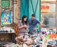 Młoda para kupuje teapot w małym sklepie na rynku w starym mieście akr w Izrael Fotografia Stock
