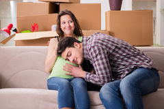 Młoda para mężczyzna i ciężarna żona oczekuje dziecka Zdjęcie Stock