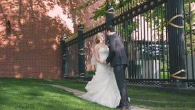 Młoda para małżeńska chodzi wokoło Moskwa, ślub w Rosja na placu czerwonym zdjęcie wideo