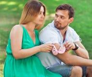 Młoda para małżeńska mąż i jego ciężarny żony mienia b - zdjęcia stock