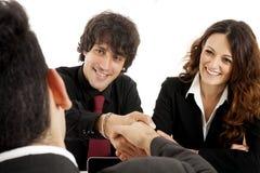 Młoda para małżeńska przy biurkiem w biznesowym spotkaniu Zdjęcia Stock