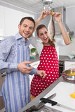 Młoda para małżeńska w kuchni - zabawę i kucharstwo świeżych fotografia royalty free