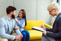 Młoda para małżeńska z agentem nieruchomości zdjęcie stock