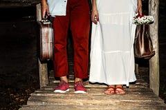 Młoda para małżeńska z walizkami Zdjęcie Stock