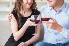 Młoda para pije wino w romantycznym pojęciu obrazy stock