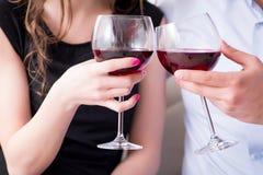 Młoda para pije wino w romantycznym pojęciu zdjęcie royalty free