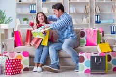 Młoda para po robić zakupy z wiele torbami Zdjęcia Stock