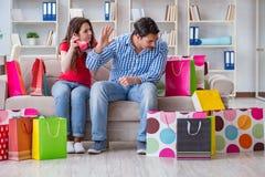 Młoda para po robić zakupy z wiele torbami Zdjęcia Royalty Free