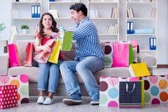 Młoda para po robić zakupy z wiele torbami Zdjęcie Stock